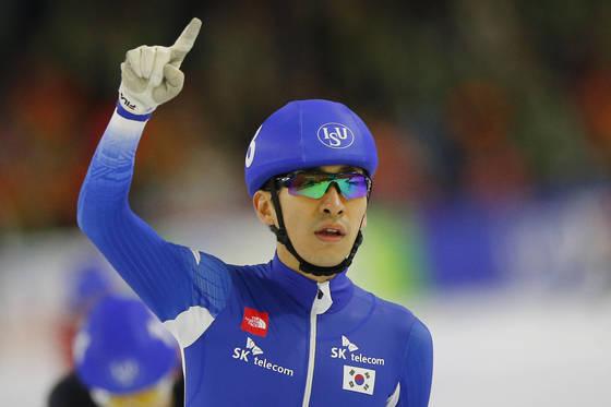 Korea's Seung-Hoon Lee celebrates winning the final of the men's mass start race of the Speedskating World Cup at the Thialf ice rink in Heerenveen, Netherlands, Saturday, Nov. 11, 2017. (AP Photo/Peter Dejong) <저작권자(c) 연합뉴스, 무단 전재-재배포 금지>
