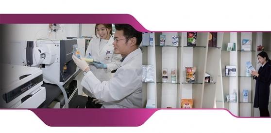국가식품클러스터 식품품질안전센터 연구원들이 기기분석실에서 식품에 함유된 기능성 성분 함량을 확인하고 있다. 물질을 작은 입자로 쪼개 구조 분석을 할 수 있는 실험기기인 'Q-TOF'는 고가 장비로, 일반적으로 중소 식품기업이 구비하기 어렵다.
