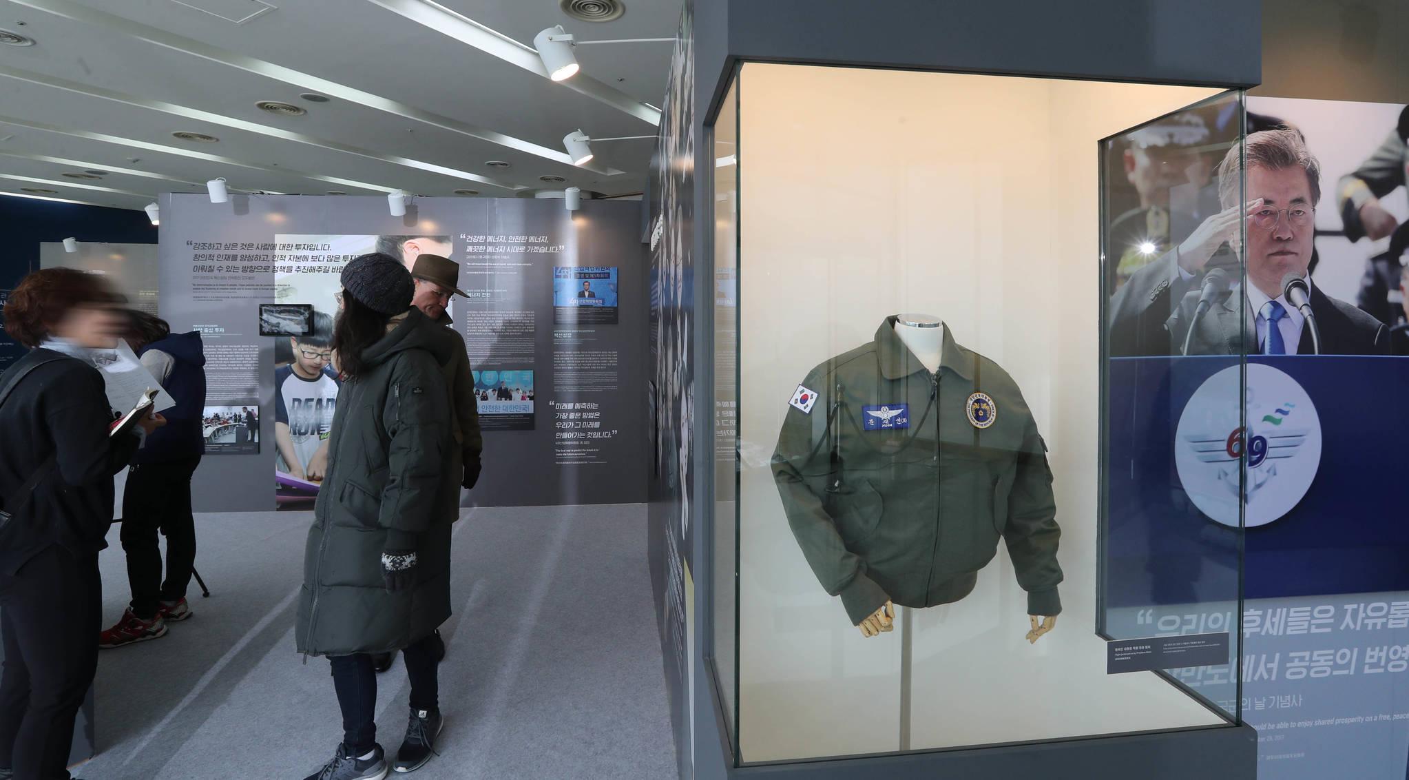 관람객들이 전시물을 보고 있다. 서울 국제항공우주 및 방위산업전시회(ADEX)에서 착용한 대통령 항공점퍼가 오른쪽에 보인다. 신인섭 기자