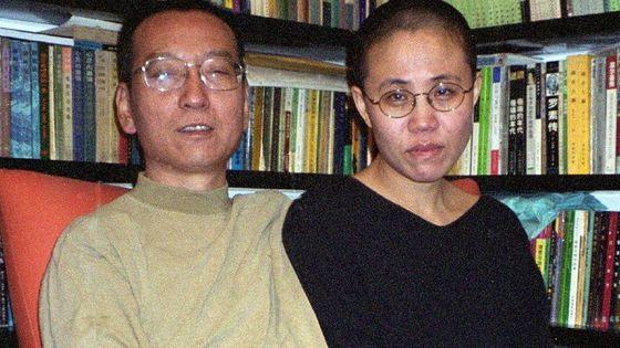 생전의 중국 민주화운동가 류샤오보(왼쪽)과 그의 아내 류샤. 류샤는 중국 당국의 인권 탄압에 항의하는 뜻에서 남편처럼 삭발을 했다. [사진 BBC 캡처]