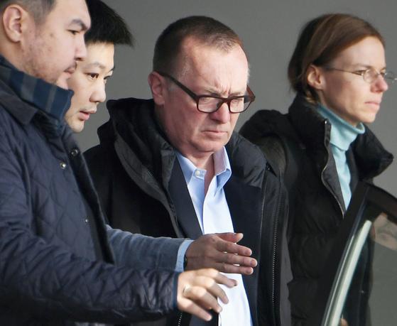 방북 일정을 마치고 9일 중국 베이징에 도착한 제프리 펠트먼 유엔 사무차장(가운데)이 차편으로 모처로 이동하고 있다. [AP=연합뉴스]