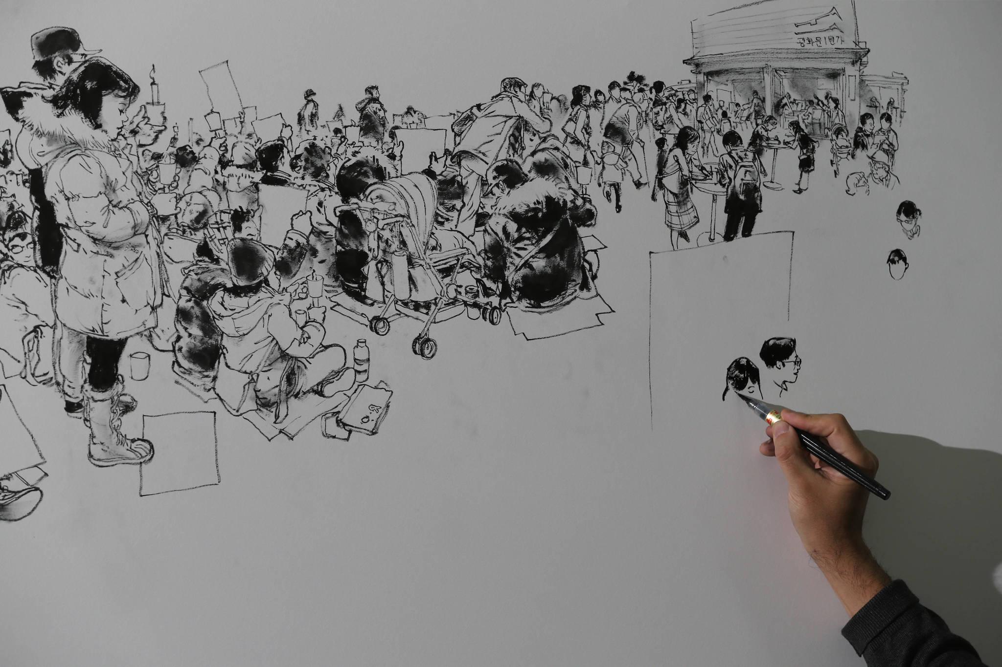개막일인 10일, 오전 10시부터 6시간동안 김정기 작가가 대형 보드에 그림을 그리는 라이브 드로잉쇼를 하고 있다. 신인섭 기자
