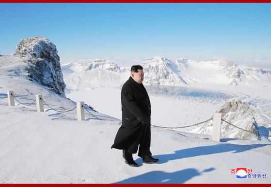 북한 관영 언론들은 김정은이 백두산에 올랐다고 지난 9일 보도했다. 그는 독사진을 찍을 때는 모자를 벗었지만 수행원과 이야기를 하거나 지시하는 장면에선 털모자를 썼다. [사진 조선중앙통신]