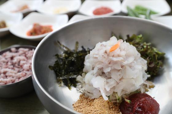 포항 죽도시장 어시장 안에 있는 물회 전문 식당 '수향회식당'에서 파는 물회. 생선은 우럭 한 종만 쓴다. 물회인데 물에 말아서 나오지 않는다. 손님이 원하면 부어서 먹는 방식이다. 신인섭 기자