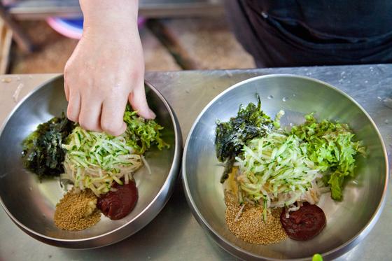 포항 수향회식당의 물회에는 배와 오이가 넉넉히 들어간다.