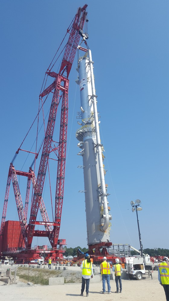 지난 9월 높이 108m의 워쉬타워를 링거 크레인이 들어서 세우고 있다. [사진 롯데케미칼]
