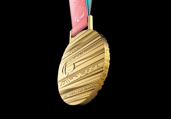 앞면에 점자가 들어간 2018 평창 겨울 패럴림픽 금메달. [2018 평창 동계올림픽·동계패럴림픽 조직위원회]