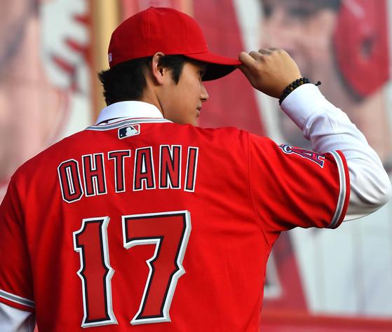 9일 오타니 쇼헤이 야구 선수가 미국 로스앤젤레스 아나하임 경기장에서 기자 회견을 하고 있다. [연합뉴스]