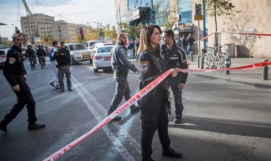 팔레스타인 24세 남성이 이스라엘 보안요원을 흉기로 찌른 사건이 발생한 예루살렘 버스터미널에 경찰이 배치돼 있다. [TT NEWS]