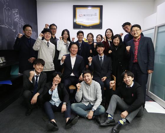 최태원 SK그룹 회장이 지난 8일 한국과학기술원(KAIST) 사회적기업가 MBA 4기 졸업예정자 들과 함께 기념촬영을 하고 있다. [사진 SK]