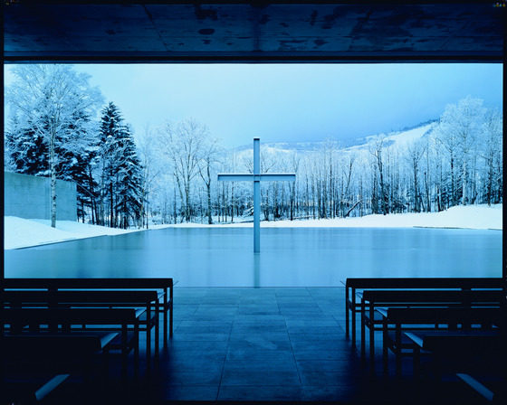 일본 홋카이도에 자리잡은 일본 건축가 안도 다다오의 '물의 교회'(1989). 마치 십자가가 물 위에 떠 있는 것처럼 보인다.