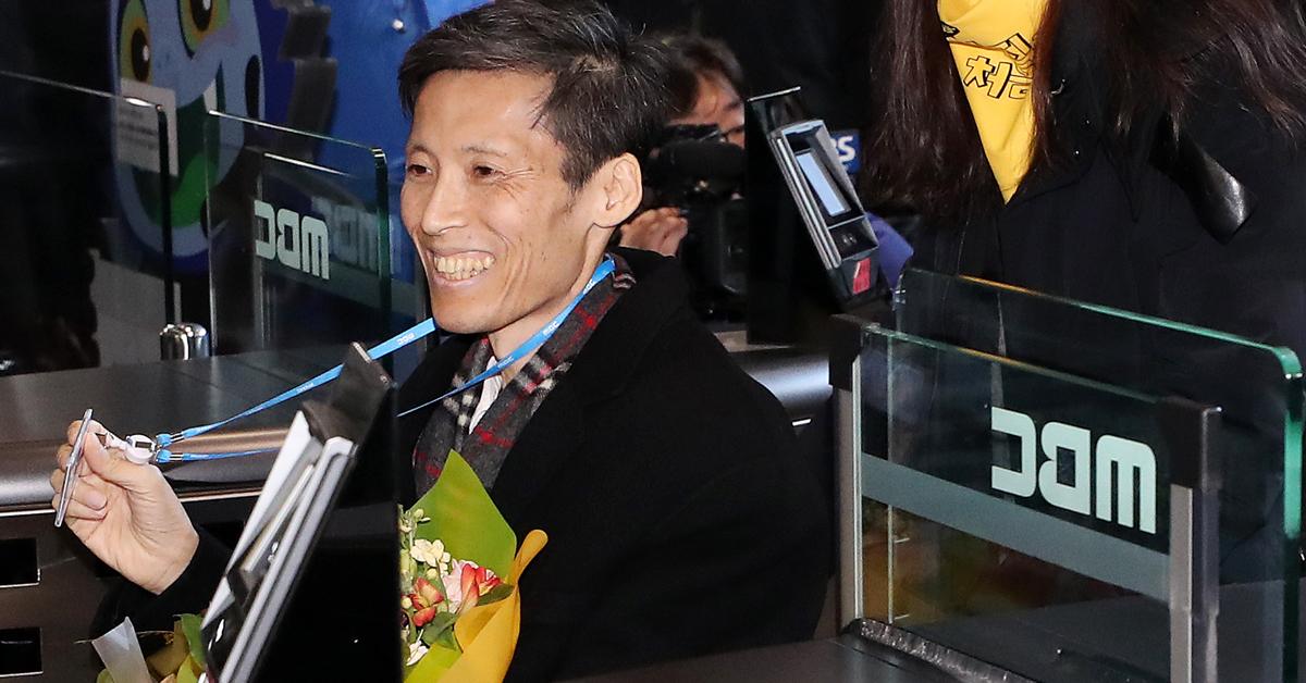 2012년 파업 당시 해직됐다 복직된 MBC 이용마 기자가 11일 오전 서울 상암동 본사로 다시 출근하고 있다. [연합뉴스]