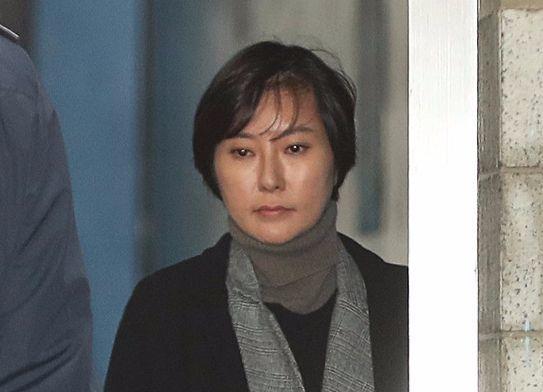 삼성그룹을 압박해 한국동계스포츠영재센터에 후원금을 내게 한 혐의 등으로 기소된 최순실씨 조카 장시호씨가 1심에서 2년6월의 실형을 선고받았다. 6일 오후 서울중앙지법에서 장씨가 호송차에 오르고 있다.