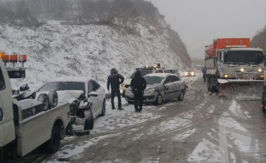 11일 오후 2시5분쯤 충남 서천군 비인면 서해안 고속도로에서 26중 추돌사고가 발생, 1명이 숨지고 8명이 부상을 입었다. [사진 서천소방서]