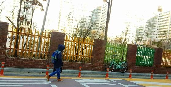 서울 시내 한 초등학교 저학년생이 홀로 하교하고 있다. 김선영 기자
