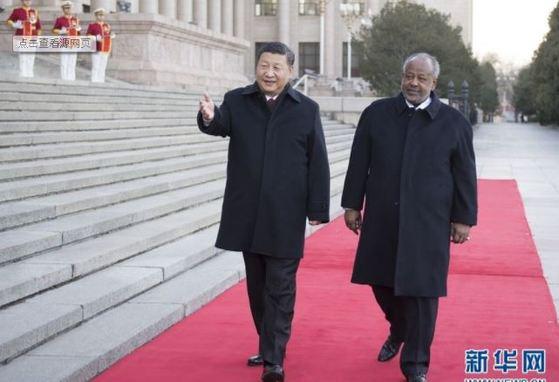 시진핑 주석(좌)이 겔레 지부티 대통령을 영접하고 있다 [사진: 신화망]