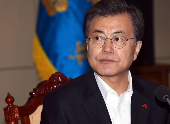 문재인 대통령이 11일 청와대 수석보좌관 회의를 주재하고 있다. [청와대 사진기자단]