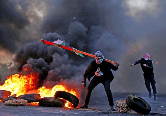 예루살렘을 이스라엘의 수도로 인정한 도널드 트럼프 미국 대통령의 결정에 항의하는 팔레스타인인들의 시위가 점점 격렬해지고 있다. 9일(현지시간) 팔레스타인 자치령인 서안지구 라말라 인근의 유대인 정착지 베이트엘에서 팔레스타인 국기를 든 시위대가 이스라엘군과 대치하고 있다. [라말라 로이터=연합뉴스]