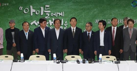 지난 8월 김상곤 사회부총리 겸 교육부 장관과 시도교육감들이 교육자치정책협의회 첫 회의를 열었다. 오종택 기자