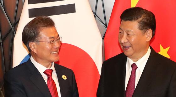 지난달 11일 APEC 정상회의에 참석 중이던 문재인 대통령과 시진핑 중국 국가주석이 정상회담에 앞서 기념촬영을 하는 모습. [연합뉴스]