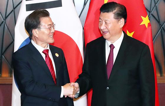 APEC 정상회의에 참석중인 문재인 대통령과 시진핑 중국 국가주석이 11일 오후(현지시간) 베트남 다낭 크라운플라자 호텔에서 만나 정상회담을 갖기에 앞서 악수를 나누고 있다. [청와대사진기자단]