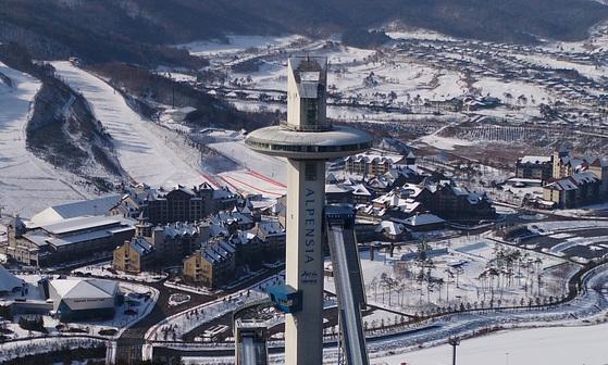내년 2월 9일부터 25일까지 평창동계올림픽 기간에 미세먼지 오염이 심해지면 비상 저감 조치가 적용된다. 사진은 일 년 중 눈이 가장 많이 내린다는 '대설'(大雪)인 7일 스키점프 경기가 펼쳐질 평창 알펜시아 스키점프 센터. [연합뉴스]