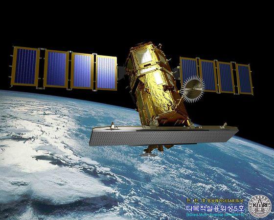 현재 운용 중인 다목적실용위성 아리랑5호. 합성개구레이더(SAR)가 달려 있어 날씨와 상관없이 지구 관측이 가능하다. 해상도는 1m급. 425사업의 SAR 위성은 해상도가 이보다 더 높다. [사진 한국항공우주연구원]