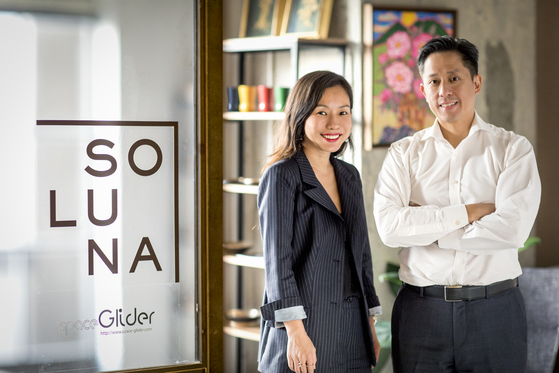 '솔루나리빙'의 공동대표인 이은주·스티븐 양 부부는 외국여행에서 만나 결혼에 골인했다. 현재 홍콩에서 아트와 경영전문가로 일하고 있다. [사진 솔루나리빙]