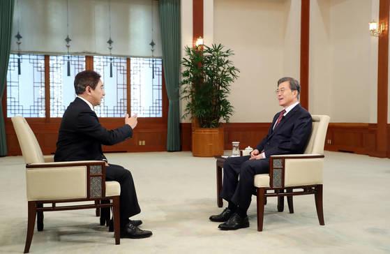 취임 후 첫 중국 순방을 앞둔 문재인 대통령이 지난 8일 청와대 충무실에서 중국 CCTV와 인터뷰를 하고 있다. [청와대 제공]