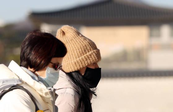 서울 아침기온 영하 5도의 추운 날씨를 보인 9일 경복궁을 찾은 관광객들이 두꺼운 옷차림으로 관람을 하고 있다. [연합뉴스]