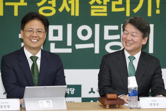 장진영(왼쪽) 국민의당 최고위원과 안철수 대표. [중앙포토]