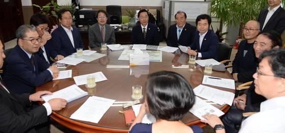 지난 8월 열린 교육자치정책협의회 첫 회의에선 교육감의 예산권과 인사권을 확대하는 방안을 논의했다. [연합뉴스]