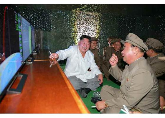 이병철(오른쪽) 당 군수공업부 제1부부장이 지난해 8월 잠수함발사탄도미사일 발사에 성공한 이후 김정은 노동당 위원장과 함께 담배를 피고 있다. [사진 노동신문]