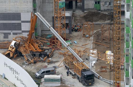 지난 10월 경기도 의정부시 낙양동 한 아파트 공사장에서 타워크레인이 넘어져 3명이 사망하고 2명이 부상당하는 사고가 발생했다. 구조대원들이 부상자를 옮기고 있다. [중앙포토]