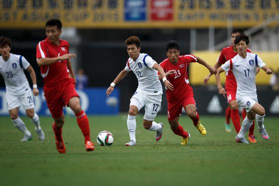 한국축구대표팀 김승대(왼쪽에서 둘째)가 2015년 8월 중국 우한에서 열린 북한과 동아시안컵 경기에서 드리블을 하고 있다. [사진 대한축구협회]