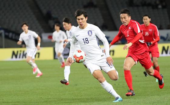 12일 일본 도쿄 아지노모토 스타디움에서 열린 2017 동아시안컵(EAFF E-1 풋볼 챔피언십) 북한전에서 한국 최전방 공격수 진성욱이 드리블을 하고 있다. [도쿄=뉴스1]