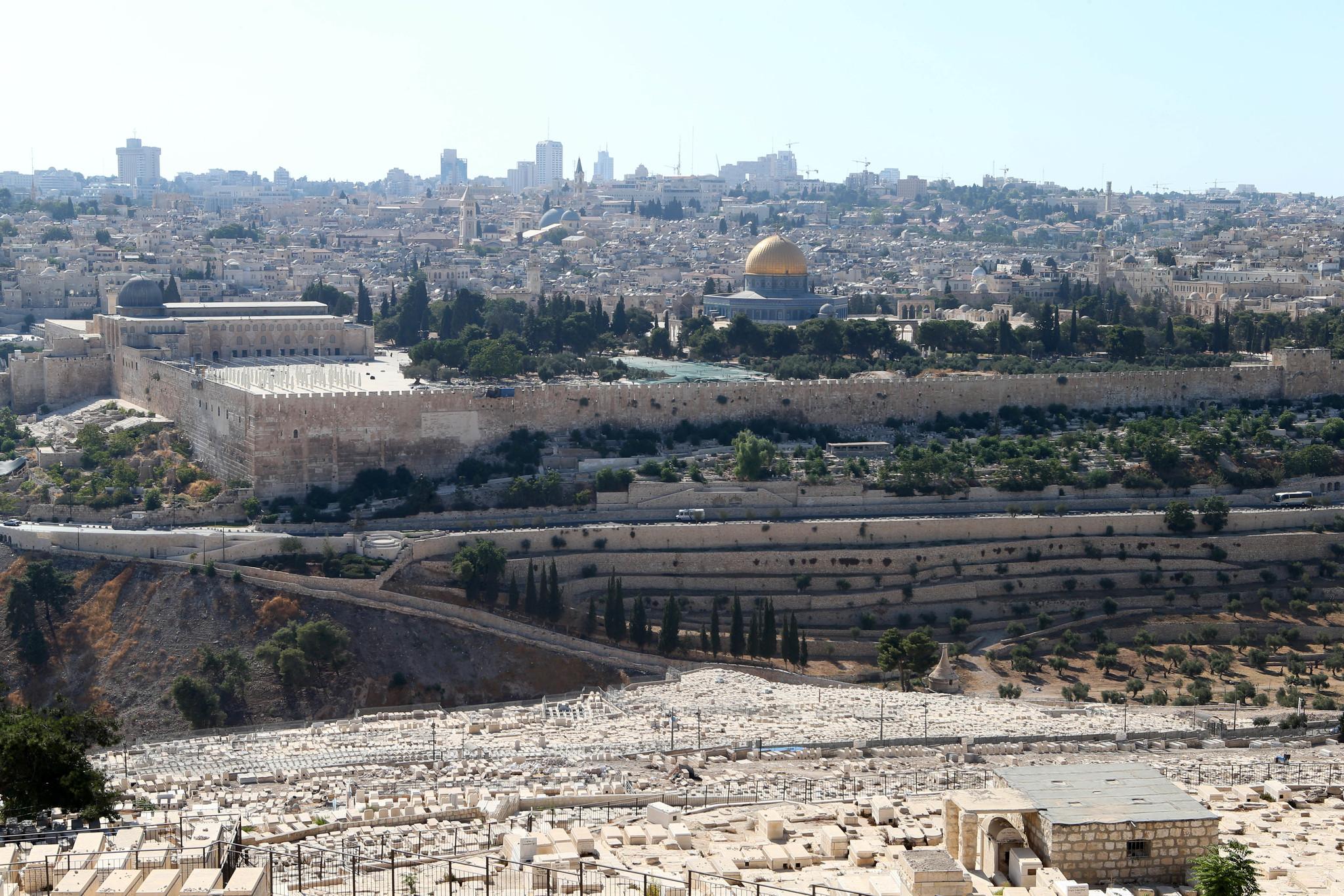 아! 예루살렘. 예루살렘 올리브 산에 있는 유대인 묘지에서 바라본 구시가지의 성전산 모습. 가운데 황금빛 돔은 '바위의 돔(Dome of the Rock)'이고, 왼쪽 작은 회색 돔은 '알 아크사 모스크(Al-Aqsa Mosque)'의 지붕이다. 두 곳 다 이슬람의 성지다. 두 돔 사이 공간의 뒷쪽이 유대인의 성지인 '통곡의 벽'이다 . 성전산은 3000년 전 솔로몬 왕이 건립한 제1 성전과 이후 들어선 제2 성전이 있던 곳이다. [중앙포토]