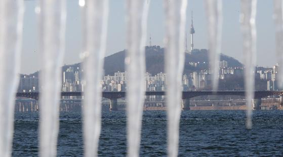 중부내륙에 한파 주의보가 내려진 12일 오후 서울 광진구 뚝섬한강공원에 고드름이 얼어 있다. 김경록 기자.