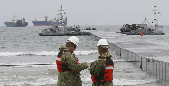 지난 4월 경북 포항 도구해안에서 열린 한ㆍ미 연합 해안양륙군수지원훈련(C/JLOTS)에서 기상악화 속에 하역을 준비하고 있다. 훈련을 통해 임시 부두와 파이프라인 등으로 해상 물자를 육상으로 운송하는 '해안양륙군수지원' 등을 통해 유사시 후방 지역 해상에서 대량의 군수품을 빠른 속도로 전방에 보급하는 능력을 키웠다. [중앙포토]