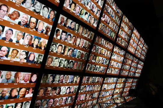 난징대학살기념관의 한쪽 벽면은 당시 상황을 증언하는 생존자 1000여명의 사진으로 채워져있다. 1937년 난징에선 60만여 명의 인구 중 30만명이 일본군에 의해 목숨을 잃었다. [사진제공=유봉걸 서울 화곡고 교사]