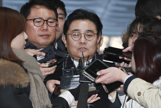홈쇼핑 업체들에게 수억 원의 후원금을 내도록 한 혐의를 받고 있는 전병헌 전 청와대 민정수석이 12일 오전 영장실질심사를 받기위해 서울중앙지법으로 출석하고 있다. 임현동 기자