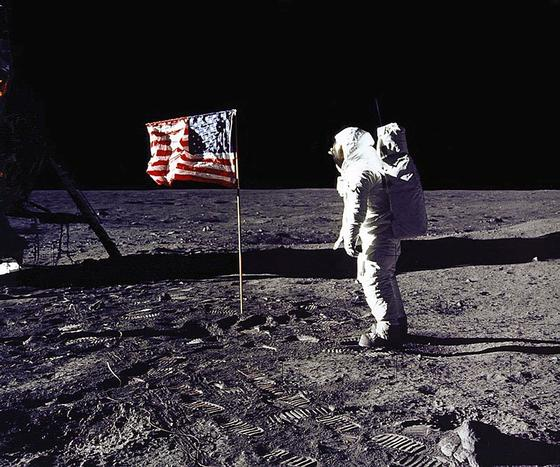 1969년 7월 20일 아폴로 11호가 인류 최초로 달에 착륙한 뒤 우주 비행사 에드윈 올드린이 월면에 꽂힌 미국 국기를 바라보고 있다. [AFP=연합]