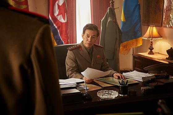 영화 '강철비'의 한장면. 북한 정찰총국장 리태한(김갑수)은 내부 쿠데타 세력을 막기 위해 엄철우(정우성)에게 암살 작전을 지시한다[사진 NEW]