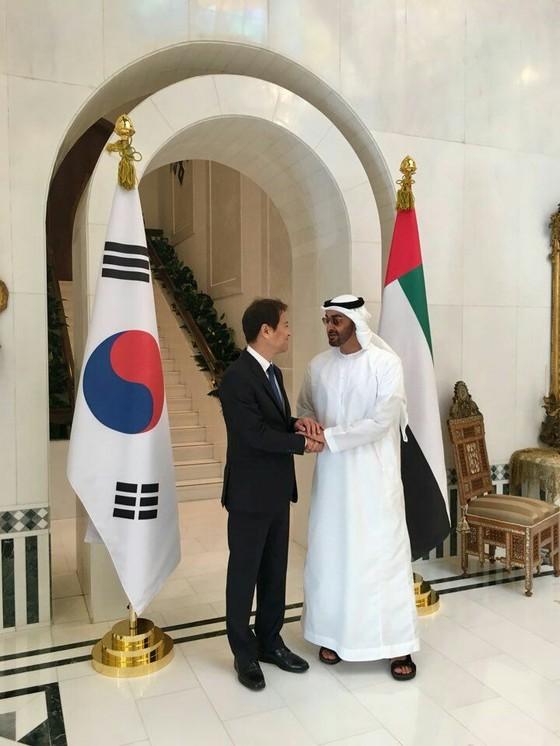 임종석 대통령 비서실장이 10일(현지시각) UAE의 왕세제와 만나고 있다. [사진 청와대 제공]