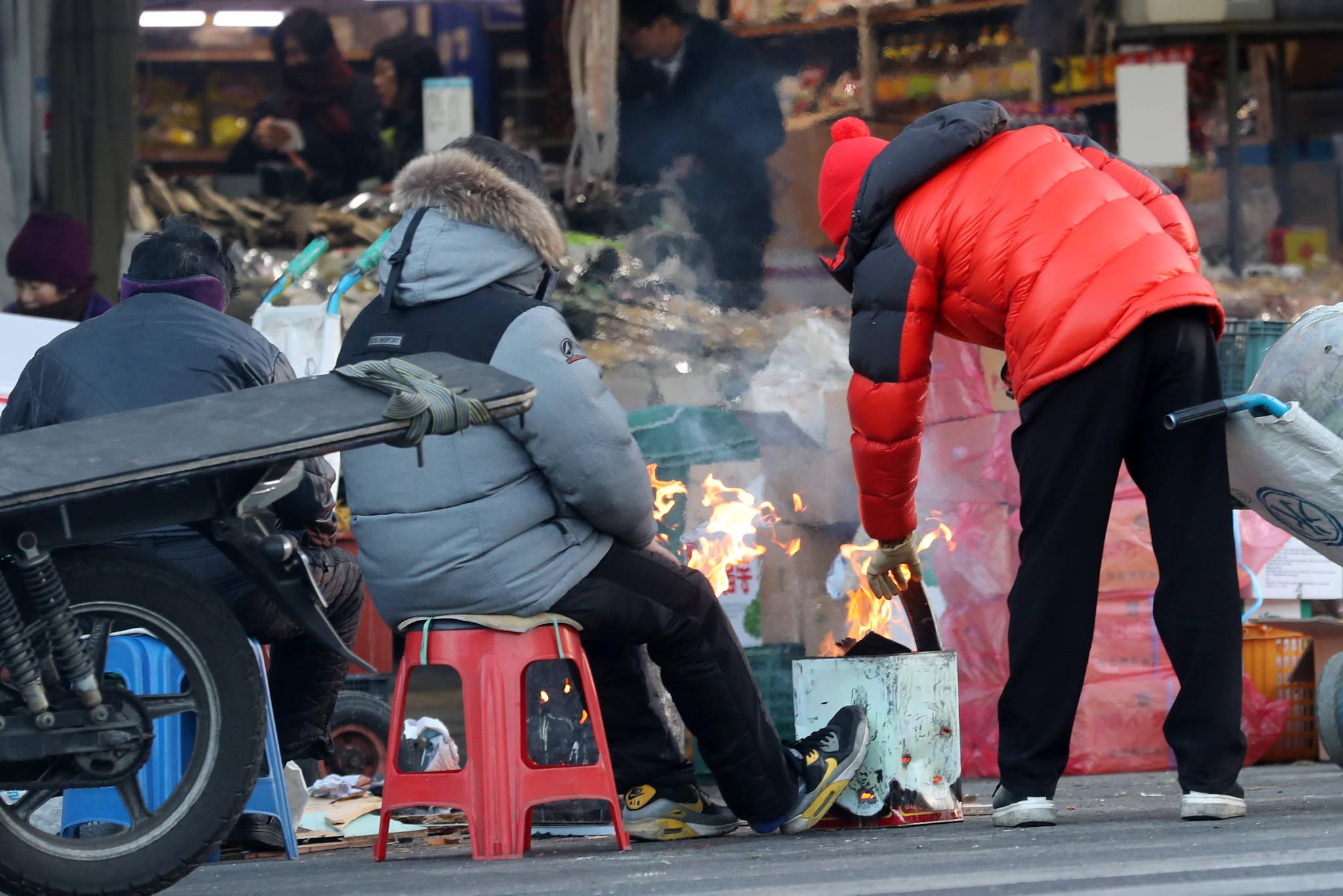 올 겨울 들어 가장 추운 날씨를 보인 12일 오전 대구 칠성시장에서 상인들이 불을 쬐고 있다. [연합뉴스]