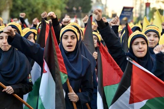 11일(현지시간) 레바논 베이루트에서 도널드 트럼프 미국 대통령의 '예루살렘=이스라엘 수도' 선언에 항의하는 시위가 열렸다. 무장정파 헤즈볼라를 지지하는 여성 시위대가 반미 구호를 외치고 있다. [EPA=연합뉴스]