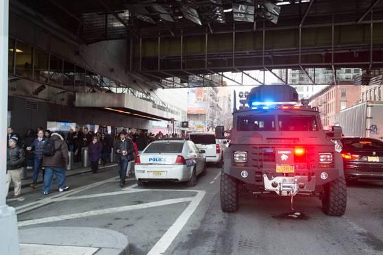 11일 미국 뉴욕에서 폭탄테러가 일어나자 경찰이 경계 근무를 서고 있다.[AFP=연합뉴스]