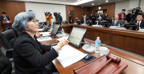 박은정 국민권익위원장(왼쪽)이 11일 정부세종청사에서 전원위원회를 주재하고 있다. 권익위는 농·축·수산물 선물 상한액을 5만원에서 10만원으로 상향하는 청탁금지법 시행령 개정안을 통과시켰다. [연합뉴스]