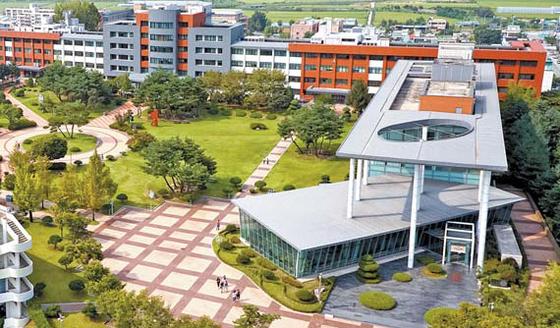 충청대는 2014년에 충청권에서 유일하게 평생직업교육대학 육성사업에 선정됐다.