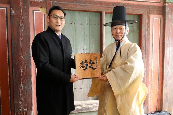 김병일 도산서원장(오른쪽)은 쿵추이장 공자 79대 종손에게 퇴계 친필 을 선물했다. [사진 도산서원]